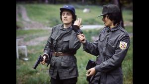 Zdravka Bušić spara fra i boschi vicino a Cleveland, negli anni '70, in uniforme e con lo stemma del NDH, ,foto di Nikola Majstrović
