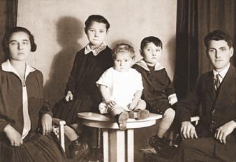 Leonardo Bancher con la moglie e i figli, tra cui il maggiore, Bruno