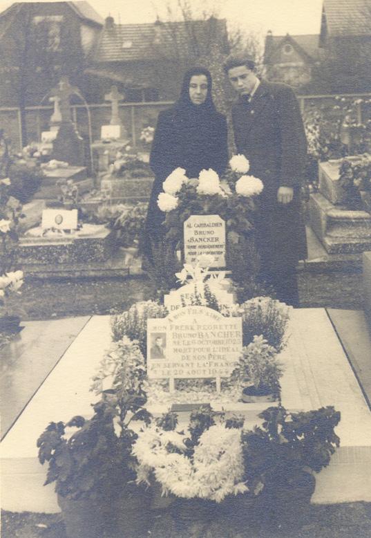 Madre e fratello sulla tomba di Bruno